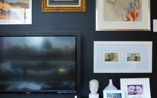 Полки над телевизором в интерьере