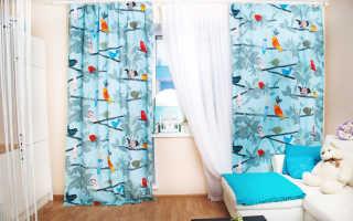 Интерьер с голубыми шторами