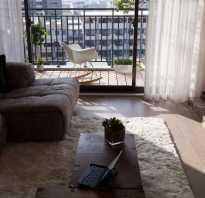 Дизайн гостиной с балконной дверью