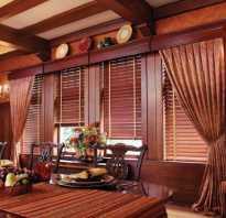 Шторы в деревянном доме на кухне