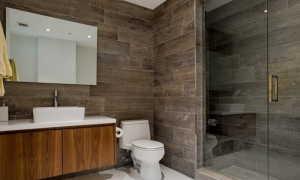 Дизайн туалета с плиткой под дерево