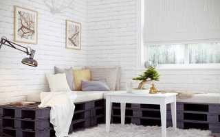 Белая кирпичная стена с цветами