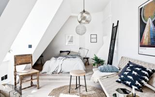 Интерьер комнаты с белыми обоями